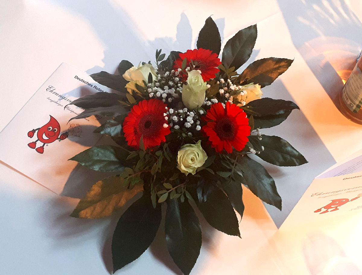 Blumen Tischdekoration Deutsches Rotes Kreuz