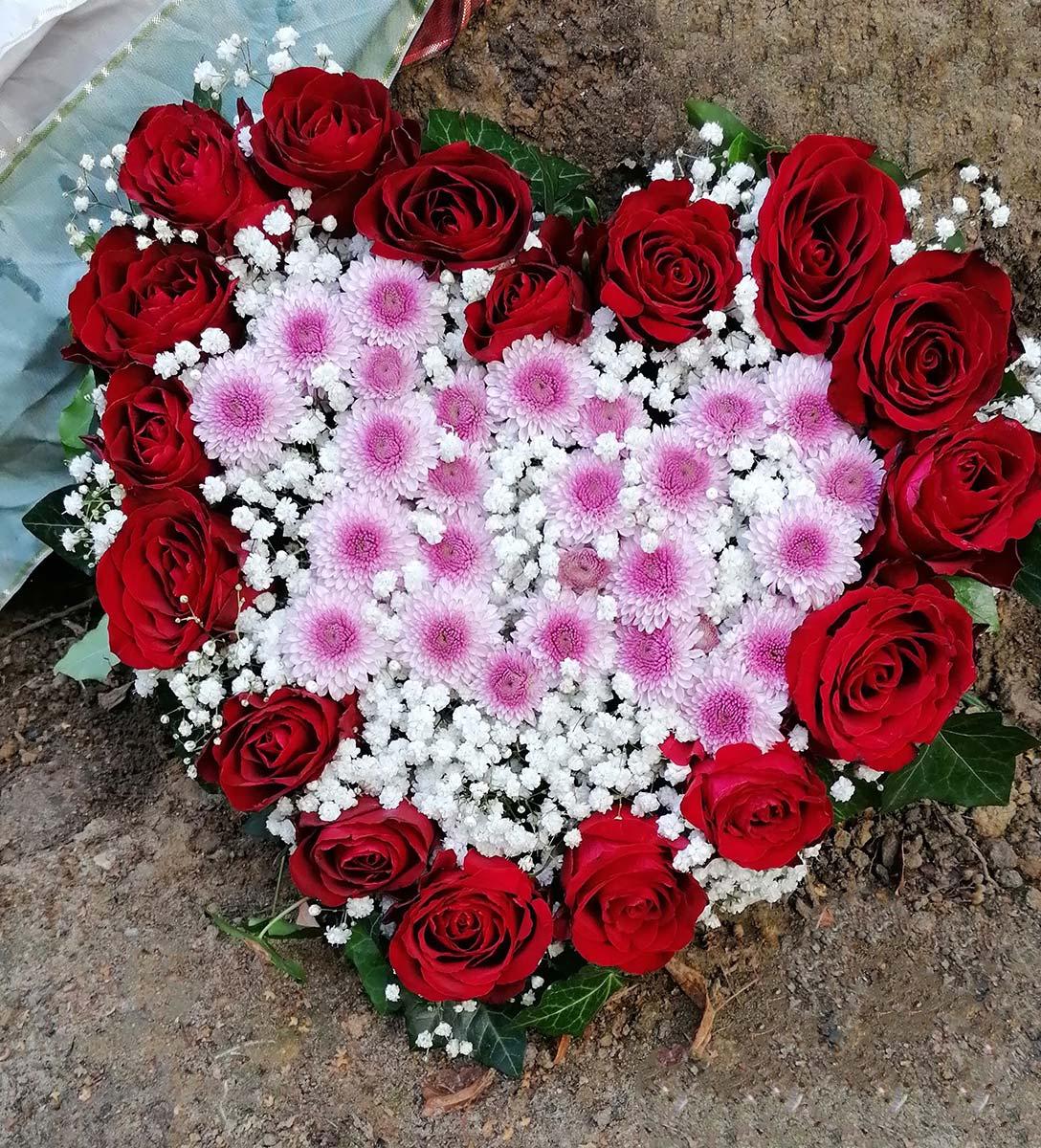 Blumenherz rote Rosen Grabgesteck