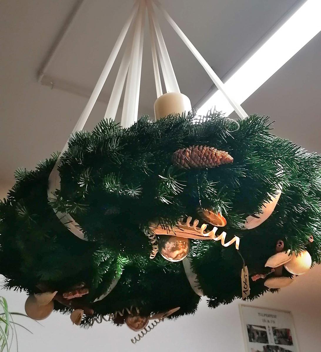 Deckenkranz Weihnacht Tannenzapfen weisse Kerzen