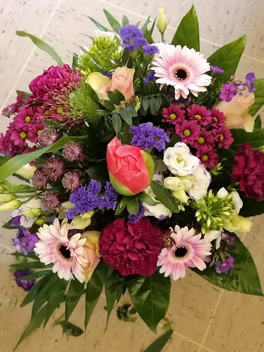 Farbenfroh bunter Blumenstrauss