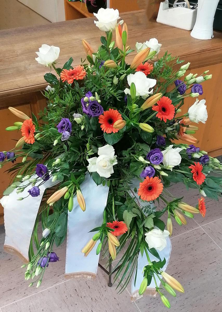 Grab Vase bunte Blumen weisse Rosen