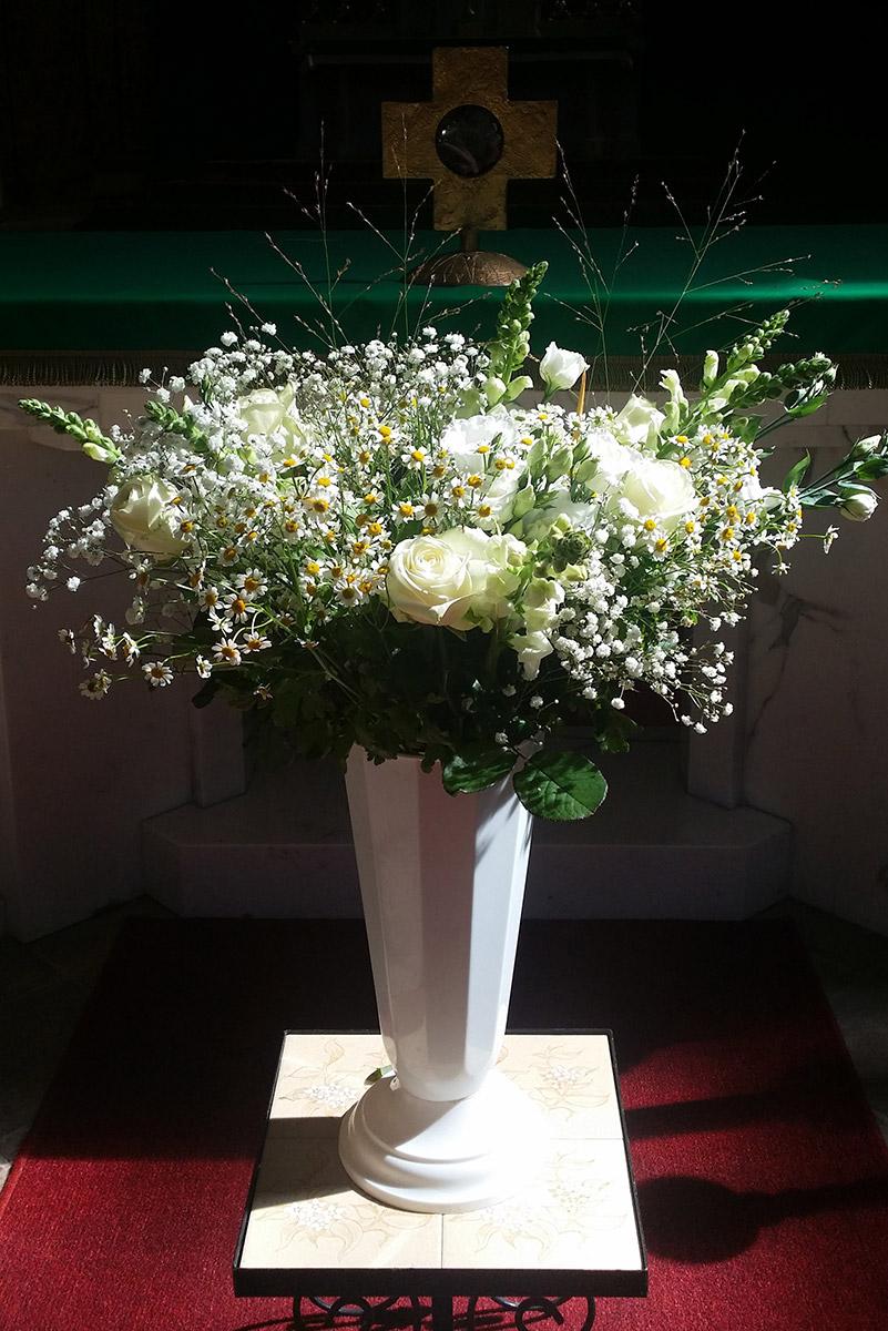 Hochzeit Kirche Schleierkraut weisse Rosen