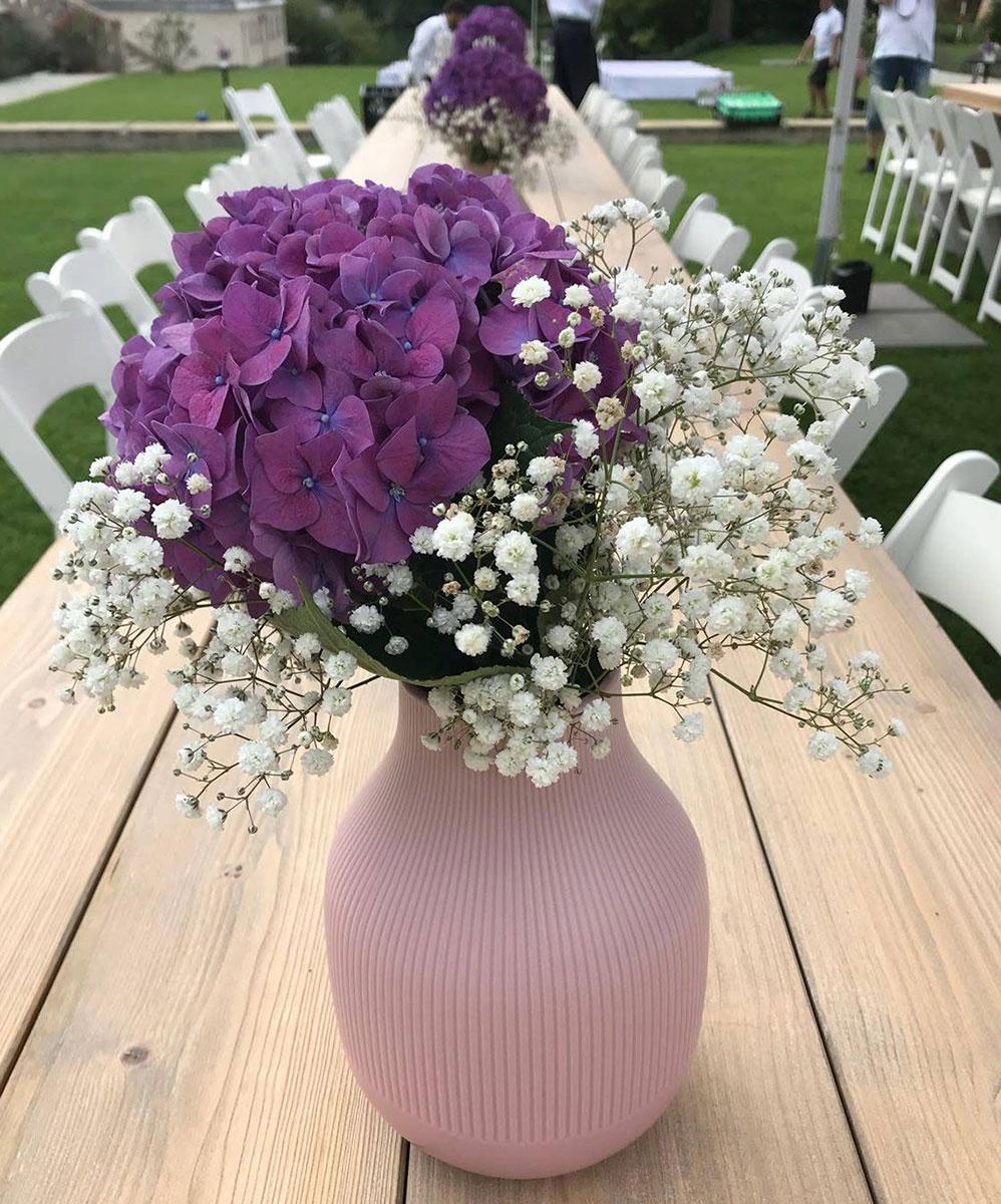 Hochzeitsdeko lila Tischblumen