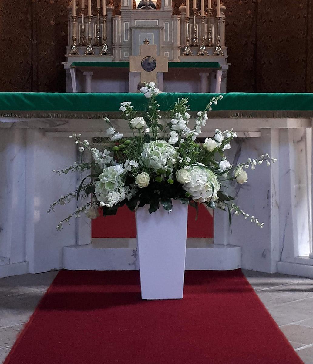 Kirchen Hochzeit Blumentopf weisse Rosen