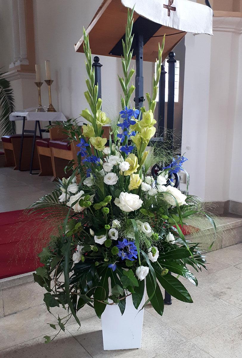 Kirchenhochzeit Vase weisse Rosen