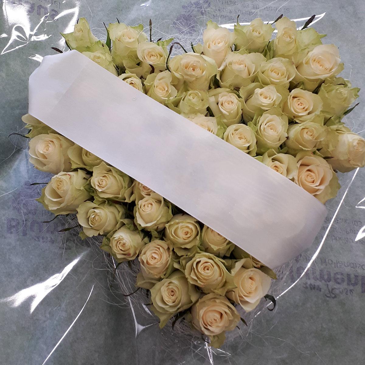 Rosen cremeweiss Gesteck Herzform