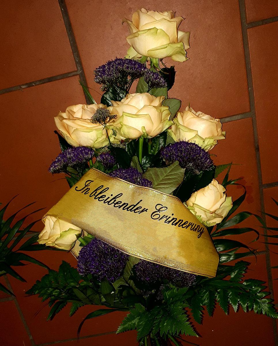 Rosen cremeweiss beige Grab Strauss