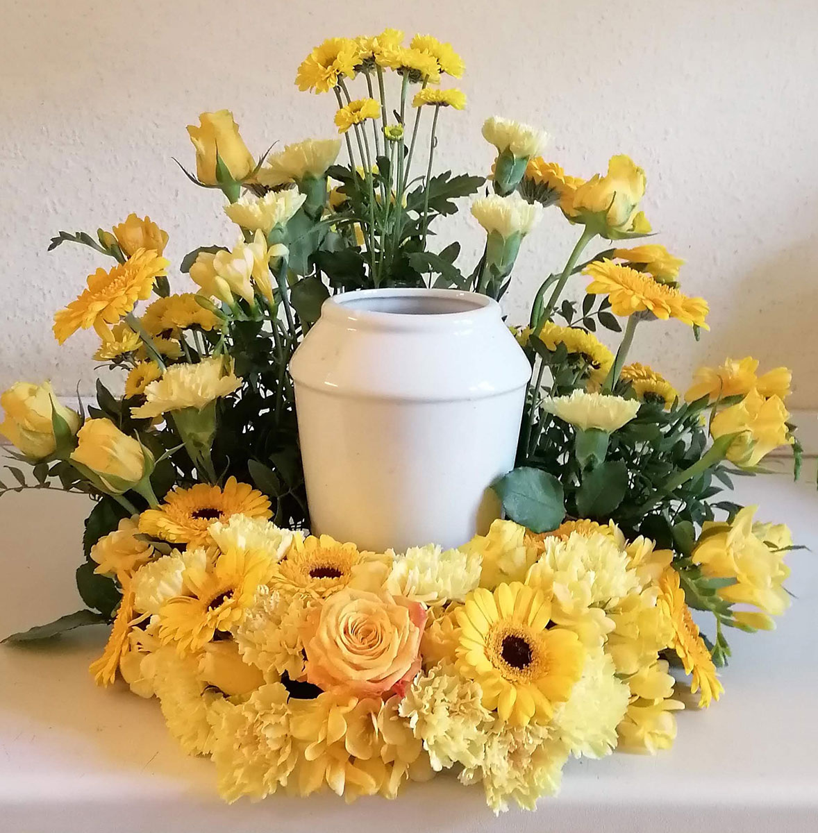 Trauerfloristik gelb Rosen Urnenschmuck