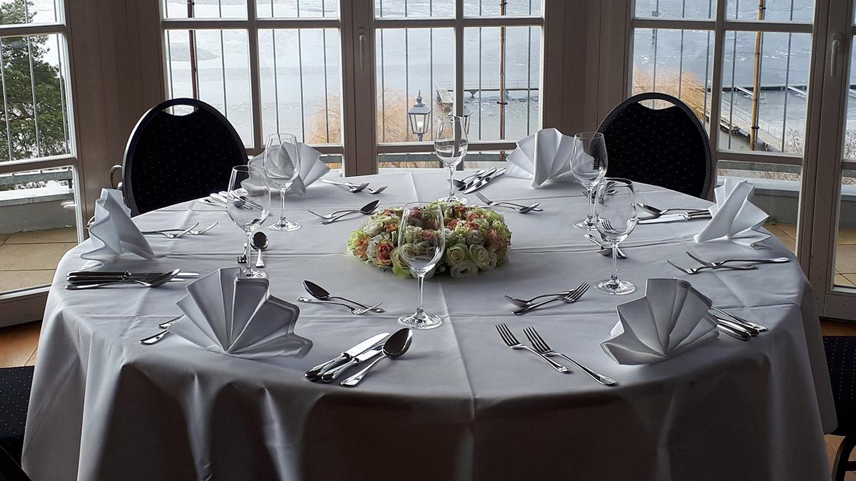 Wannseeterrassen Restaurant Hochzeit Rosen Tischgesteck