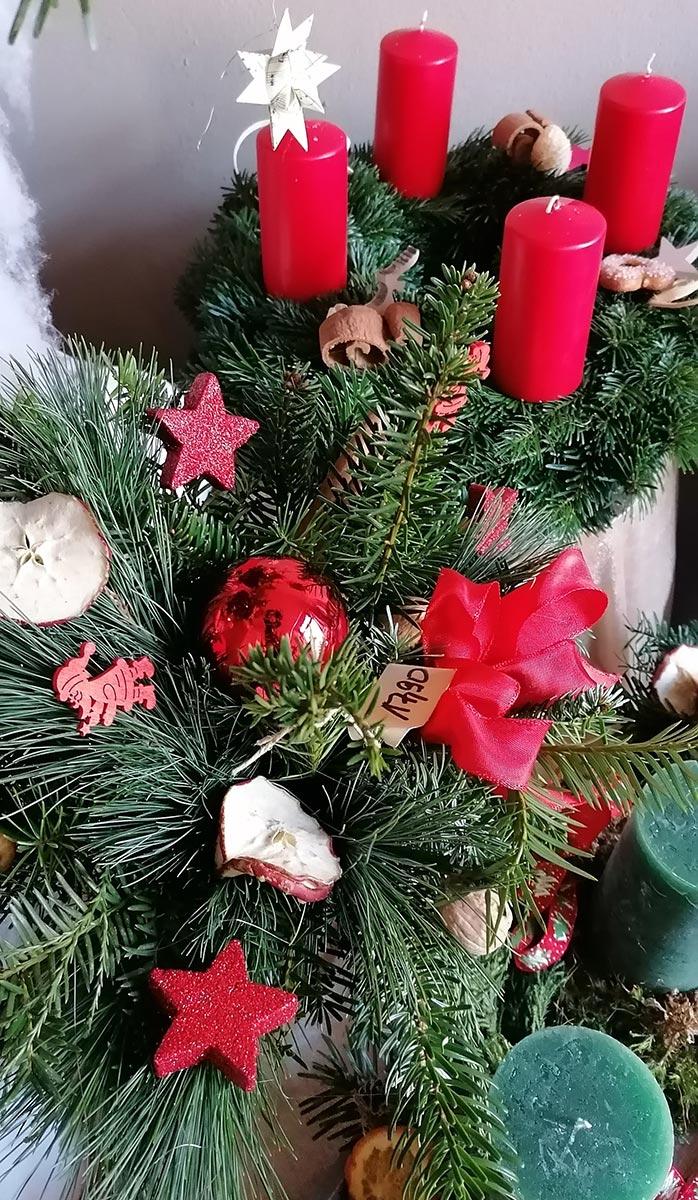 Weihnacht Deko Adventskranz Tannen rote Kerzen