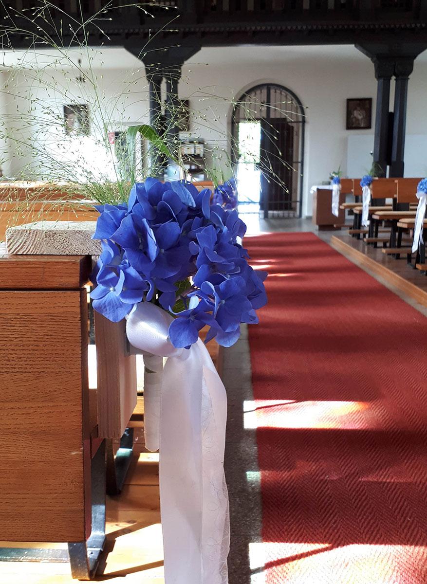 blaue Blumen Hochzeits Kirchen Dekoration