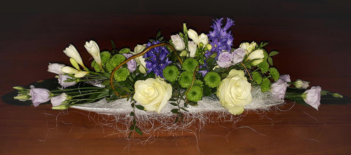 weiss lila Blumen Rosen Tischgesteck