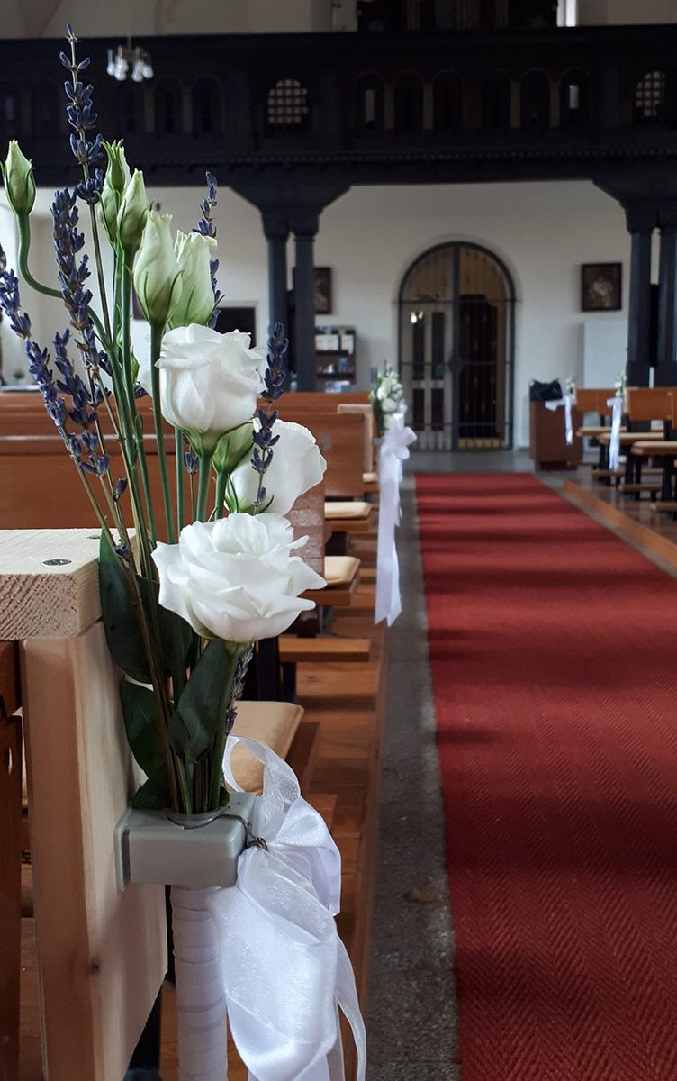weisse Rosen Hochzeits Kirchen Dekoration