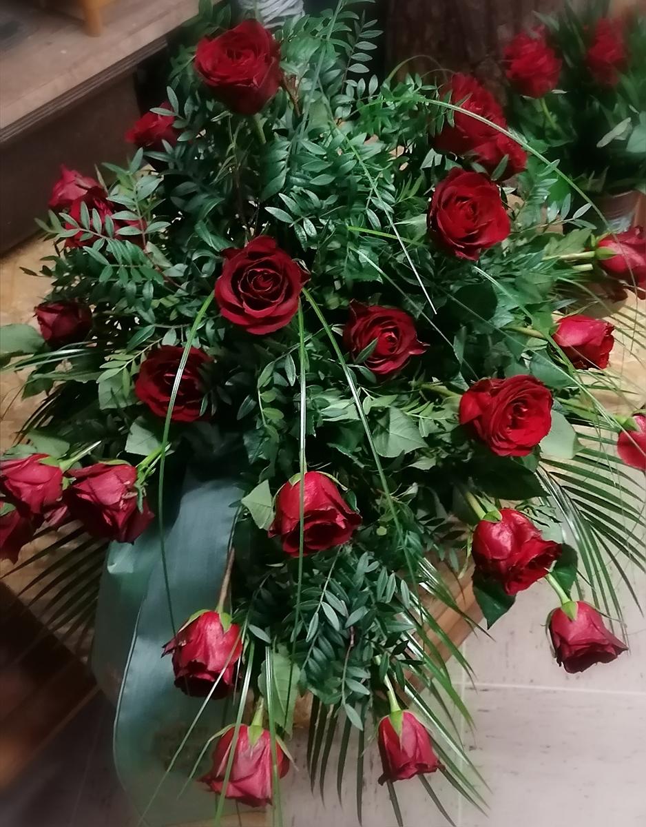 Beerdigung Blumengebinde rote Rosen