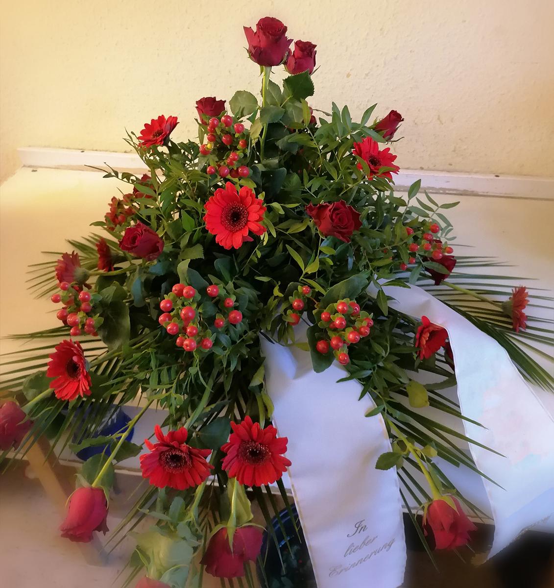 Grabstrauss Gebinde rote Rosen